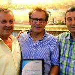 Geschäftsführer Kurt Kurtsiefer überreicht Drita Tekstil eine Ehrenurkunde