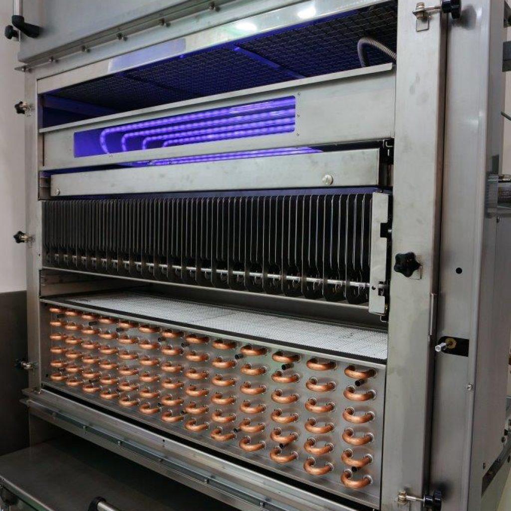 Offener Filter: UV-Licht, darunter die Elektrofilterzellen sowie der Wärmetauscher