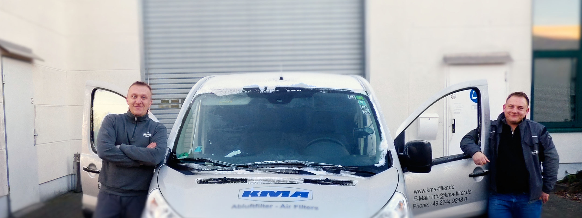 Servicetechniker vor dem Dienstfahrzeug bei KMA Umwelttechnik