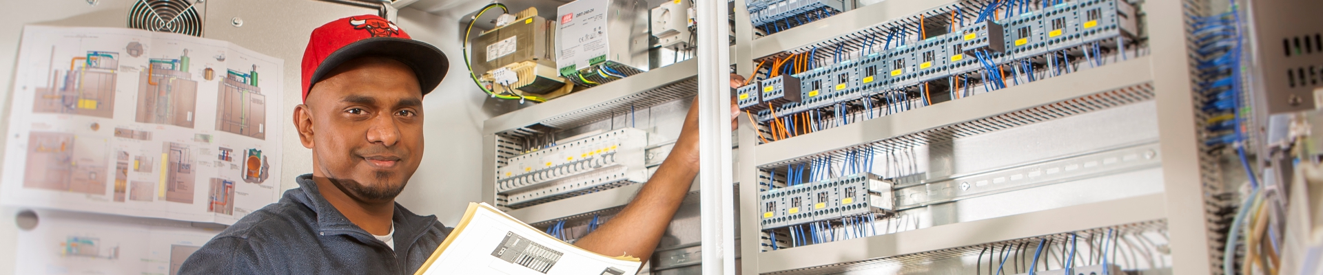 KMA Umwelttechnik Elektroniker mit Berufserfahrung bei der Arbeit