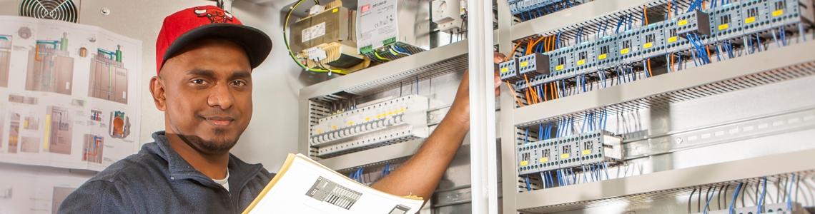 Elektroniker im Anlagenbau bei der Arbeit