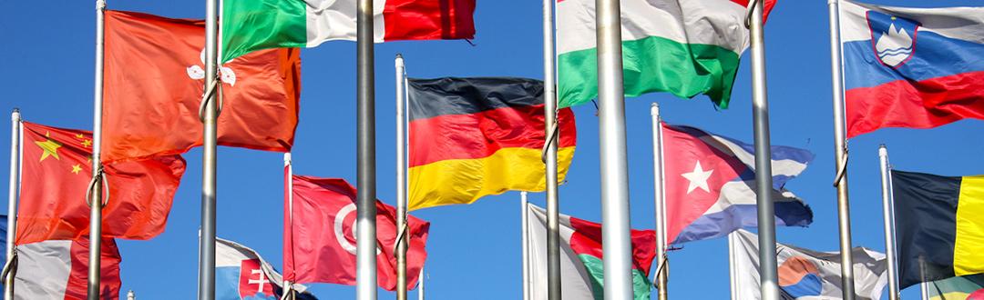 Internationale Flaggen stehen für die gloabe Ausrichtung von KMA. Neben demHauptsitz in Deutschland und einem Tochterunternehmen in China, arbeitet KMA mit einem dichten Netzwerk an Service- und Vertriebspartnern zusammen.