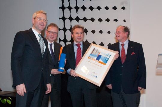 Geschäftsführer von KMA Umwelttechnik, Rolf Kurtsiefer, nimmt Urkunde entgegen